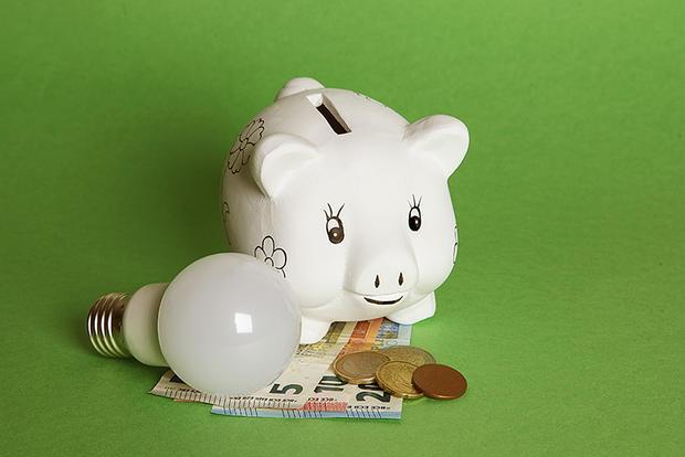 Lâmpada, mealheiro e dinheiro