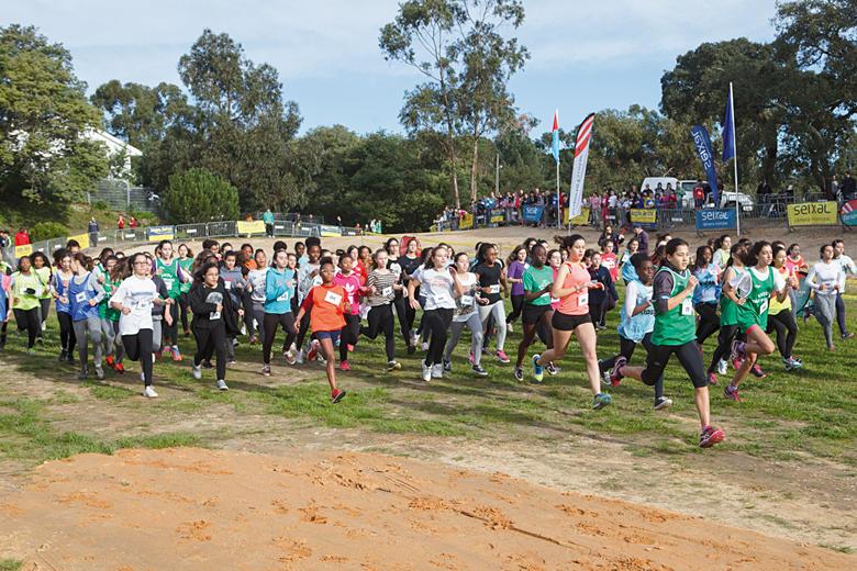 Jovens atletas correm no Parque do Serrado