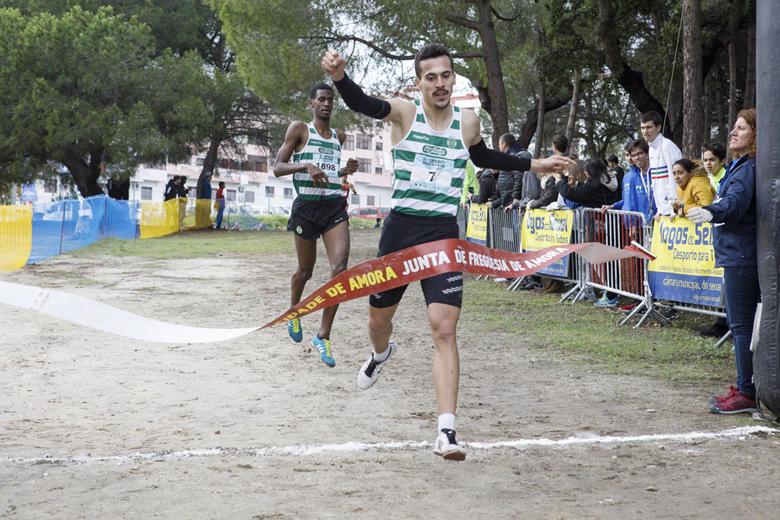 Paulo Rosário corta a meta